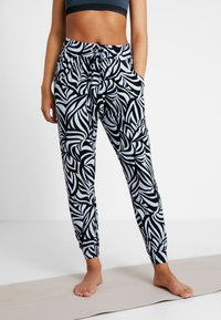 Curare Yogawear - PANTS LONG LOOSE - Pantalon de survêtement - blue - 0