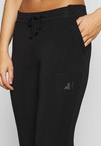 Curare Yogawear - PANTS - 3/4 Sporthose - black - 4