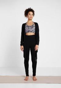 Curare Yogawear - WRAP JACKET - Veste de survêtement - black - 1