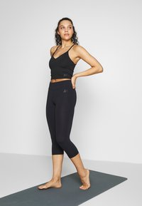 Curare Yogawear - SHORT - Topper - black - 1