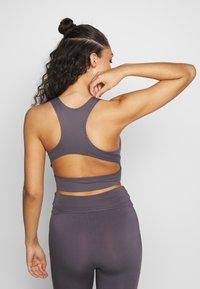 Curare Yogawear - BRA NECKLINE BACK - Sujetador deportivo - greyberry - 2