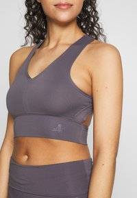 Curare Yogawear - BRA NECKLINE BACK - Sujetador deportivo - greyberry - 4