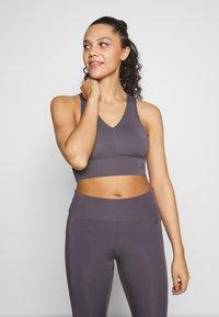 Curare Yogawear - BRA NECKLINE BACK - Sujetador deportivo - greyberry - 0