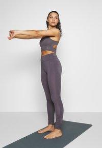 Curare Yogawear - BRA NECKLINE BACK - Sujetador deportivo - greyberry - 1