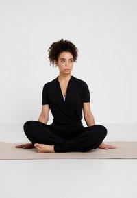Curare Yogawear - JUMPSUIT - Chándal - black - 0