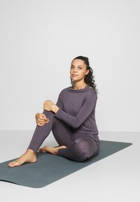 Curare Yogawear - JUMPSUIT WATERFALL - Tepláková souprava - grey berry - 1
