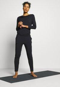 Curare Yogawear - JUMPSUIT WATERFALL - Träningsset - midnight blue - 1