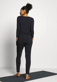 Curare Yogawear - JUMPSUIT WATERFALL - Träningsset - midnight blue - 2