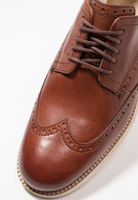 Cole Haan - ORIGINAL GRAND WINGTIP OXFORD - Casual lace-ups - woodbury/ivory - 5