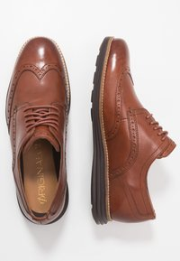 Cole Haan - ORIGINAL GRAND WINGTIP OXFORD - Snøresko - woodbury/java