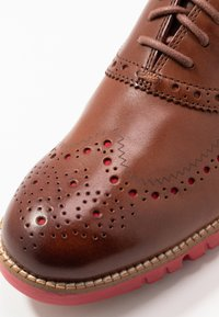 Cole Haan - ZEROGRAND WINGTIP OXFORD - Lace-ups - woodbury/tango red - 5
