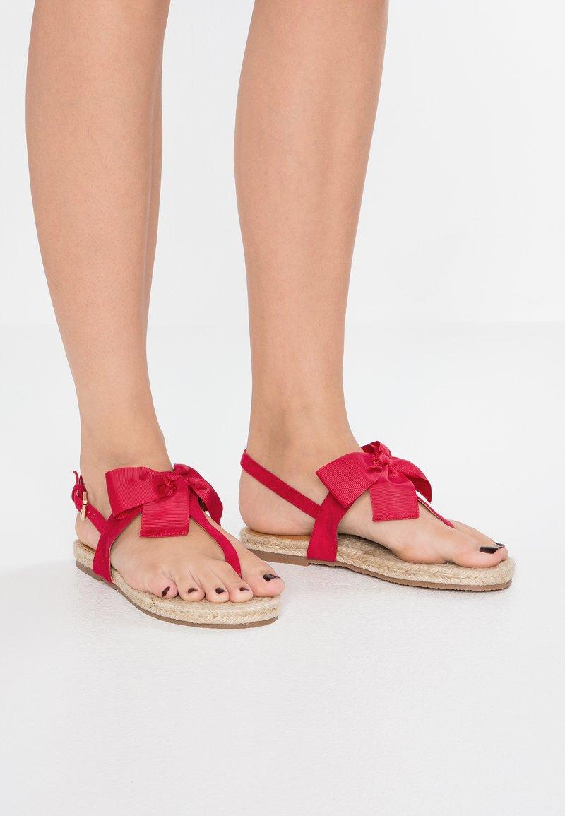 Chi Chi London - BRIONY - Sandalias de dedo - red