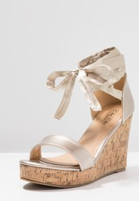 Chi Chi London - JOHANNA WEDGES - Sandalias de tacón - gold - 4
