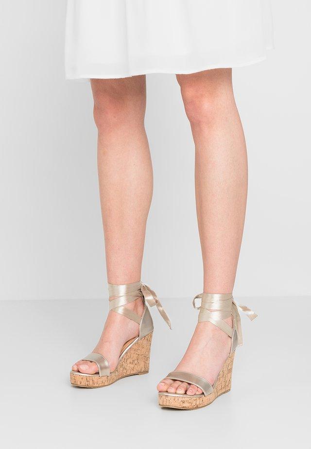 JOHANNA WEDGES - Sandály na vysokém podpatku - gold