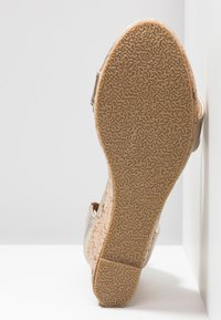 Chi Chi London - JOHANNA WEDGES - Sandalias de tacón - gold - 6