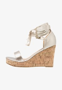 Chi Chi London - JOHANNA WEDGES - Sandalias de tacón - gold - 1