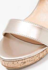 Chi Chi London - JOHANNA WEDGES - Sandalias de tacón - gold