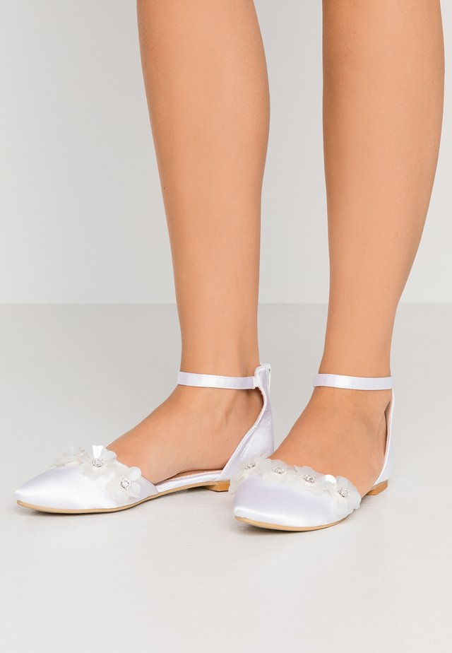 CINDY - Baleríny s páskem - white