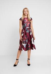 Chi Chi London - KARYA DRESS - Sukienka koktajlowa - burgundy - 2