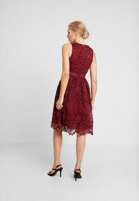 Chi Chi London - VERSILLA DRESS - Koktejlové šaty/ šaty na párty - burgundy - 3