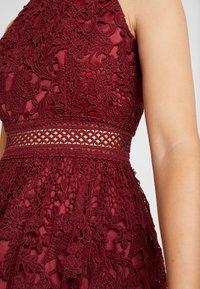 Chi Chi London - VERSILLA DRESS - Koktejlové šaty/ šaty na párty - burgundy - 5