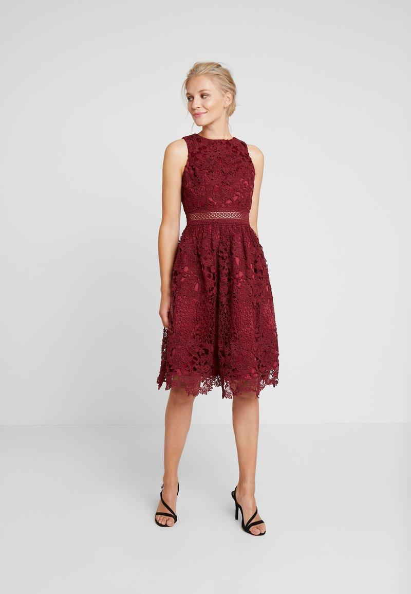 Chi Chi London - VERSILLA DRESS - Koktejlové šaty/ šaty na párty - burgundy
