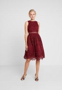 Chi Chi London - VERSILLA DRESS - Koktejlové šaty/ šaty na párty - burgundy - 2