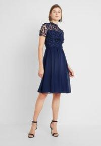Chi Chi London - VERONA DRESS - Sukienka koktajlowa - navy - 2