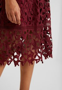 Chi Chi London - LIZANA DRESS - Vestido de cóctel - burgundy - 6