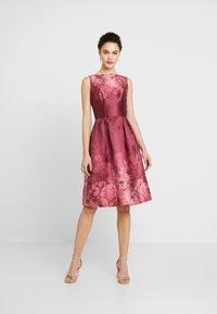 Chi Chi London - SADY DRESS - Vestido de cóctel - burgundy - 1