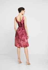 Chi Chi London - SADY DRESS - Sukienka koktajlowa - burgundy - 2