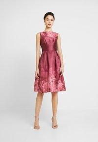 Chi Chi London - SADY DRESS - Vestido de cóctel - burgundy - 0