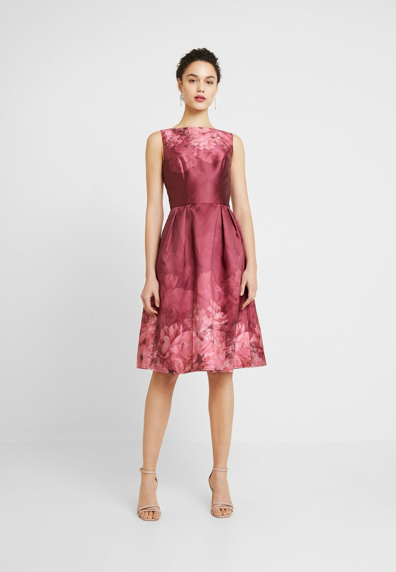 Chi Chi London - SADY DRESS - Cocktailkjole - burgundy