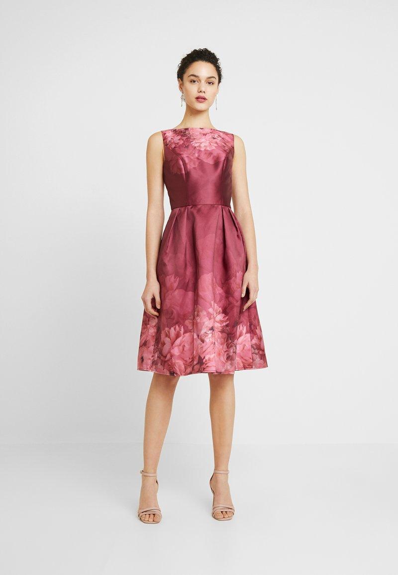 Chi Chi London - SADY DRESS - Vestido de cóctel - burgundy