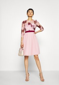 Chi Chi London - SUTTON DRESS - Cocktailjurk - pink - 1
