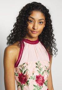Chi Chi London - ROSALEEN DRESS - Galajurk - pink - 3