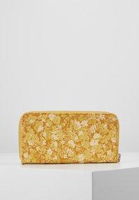 Cath Kidston - SNOOPY CONTINENTAL PLACEMENT ZIP WALLET - Peněženka - egg yolk - 3