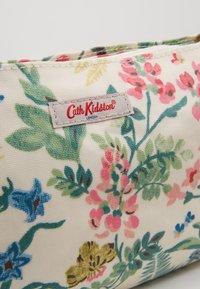 Cath Kidston - SMALL ZIPPED CROSSBODY - Olkalaukku - warm cream - 2