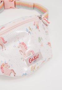 Cath Kidston - KIDS BUMBAG UNICORN MEADOW - Ledvinka - white/light pink - 2