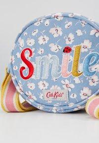 Cath Kidston - OVAL HANDBAG LADYBIRD SMILE - Taška spříčným popruhem - light blue - 2