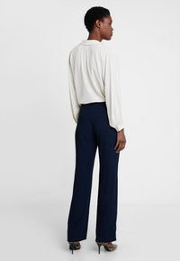 Cortefiel - WIDE LEG AND HIGH RISE TROUSERS WITH BUTTONED WAIST - Pantaloni - blues - 2