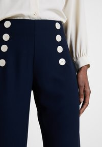 Cortefiel - WIDE LEG AND HIGH RISE TROUSERS WITH BUTTONED WAIST - Pantaloni - blues - 3