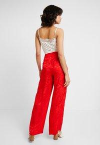 Cortefiel - WIDE LEG TROUSERS - Spodnie materiałowe - reds - 2