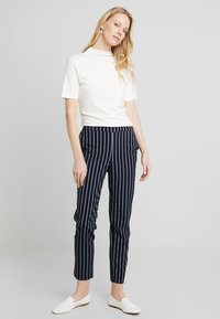 Cortefiel - BASIC TROUSERS WITH ELASTIC WAISTBAND - Pantalones - blues - 1