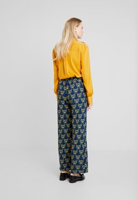 Cortefiel - PRINTED PAPERBAG STRAIGHT TROUSERS - Trousers - teal - 3