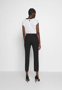 Cortefiel - BASIC SLIM TROUSERS - Pantalones chinos - black - 2