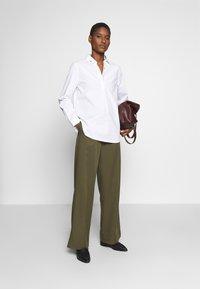 Cortefiel - WIDE LEG BOX PLEAT TROUSERS WITH BELT - Pantalones - dark khaki - 1