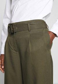 Cortefiel - WIDE LEG BOX PLEAT TROUSERS WITH BELT - Pantalones - dark khaki - 4