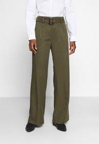 Cortefiel - WIDE LEG BOX PLEAT TROUSERS WITH BELT - Pantalones - dark khaki - 0