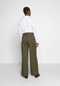 Cortefiel - WIDE LEG BOX PLEAT TROUSERS WITH BELT - Pantalones - dark khaki - 2